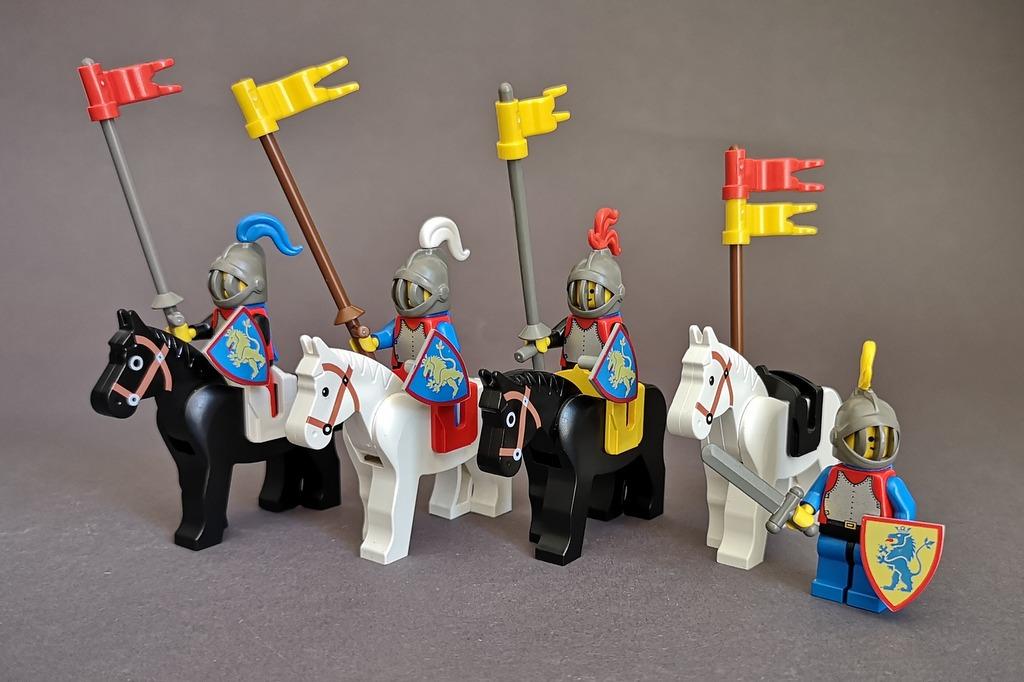LEGO Löwenritter mit Pferden und Lanzen