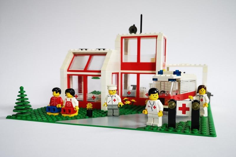 lego-6380-krankenhaus-frontansicht