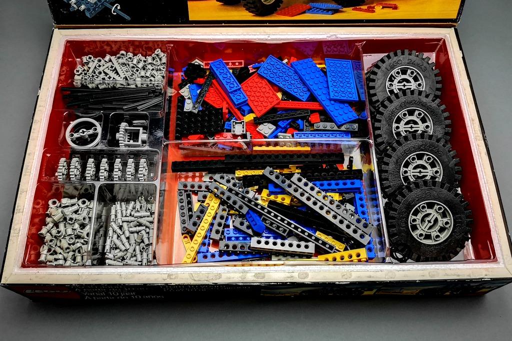 lego-8859-alle-teile-auf-einem-bild