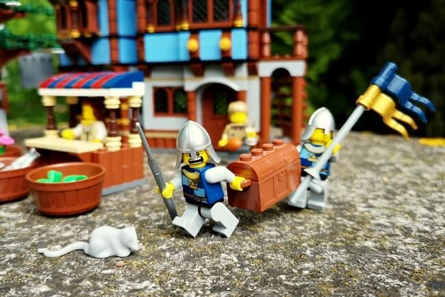 lego-ritter-mit-schatztruhe