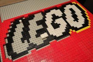 lego-schriftzug-aus-bausteinen
